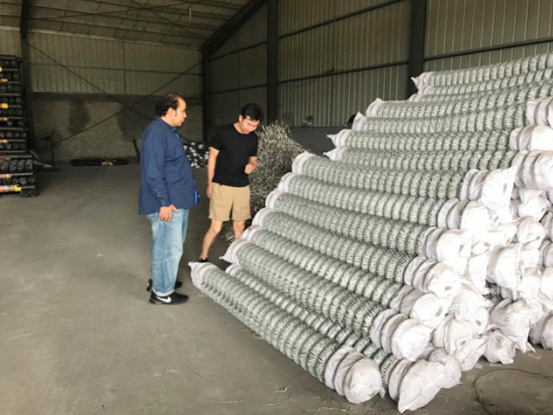 Welcom Saudi Arabia client come to visit our chain link fence workshop